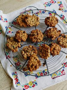 Jools' easy oaty fruit cookies