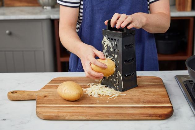 Hash browns étape 1: Râper la pomme de terre