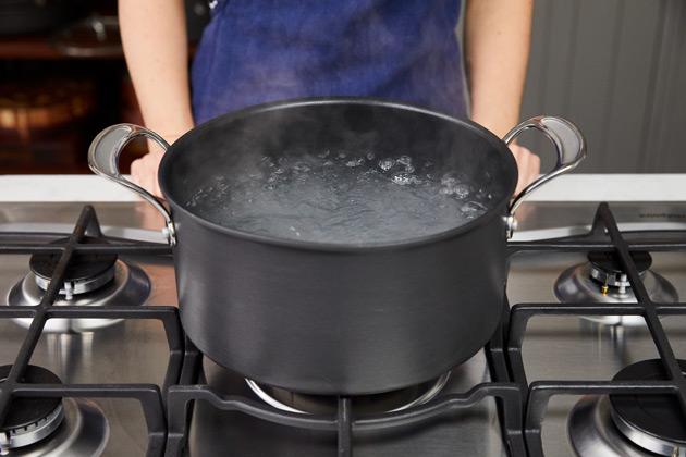 Comment faire cuire les pâtes étape 1: Amener une casserole d'eau à ébullition