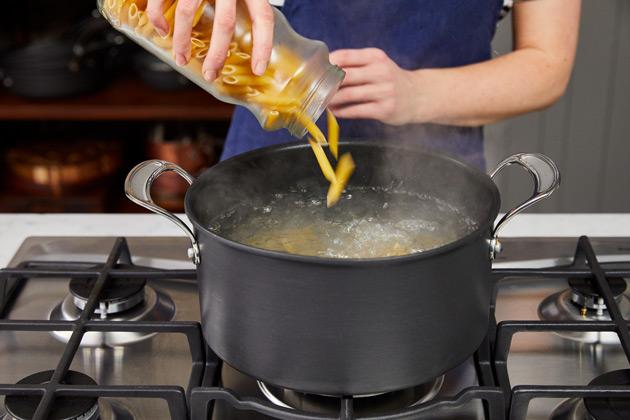 Comment faire cuire les pâtes étape 3: Versez vos pâtes dans de l'eau bouillante