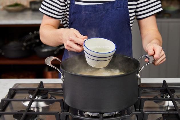 Comment faire cuire les pâtes étape 5: Conservez une tasse d'eau de pâtes avant de les égoutter