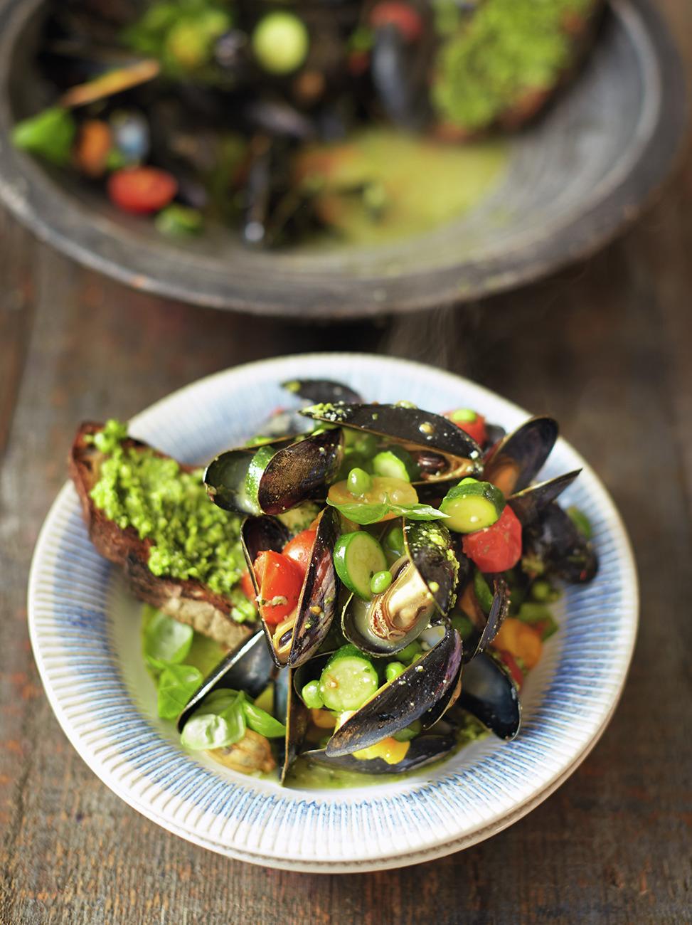 Pesto mussels & toast image