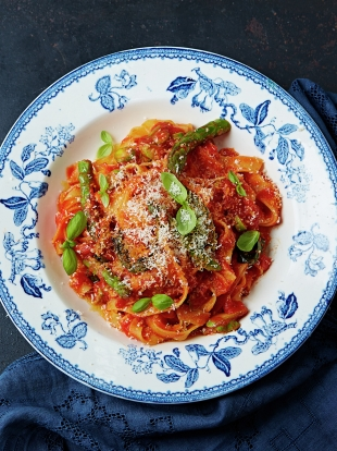 Easy peasy tomato tagliatelle with asparagus