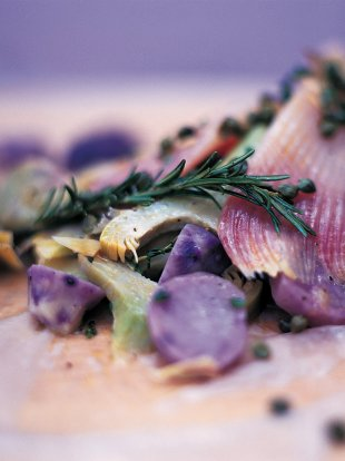 Skate baked in the bag with artichokes, purple potatoes, capers and crème fraîche