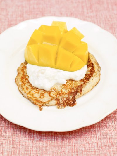 One-cup pancakes, tropical yoghurt & mango