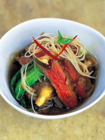 Beef with pak choi, mushrooms and noodles