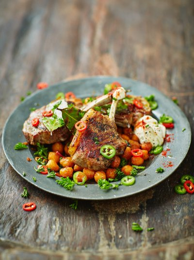 Lamb chops with bay, paprika and chickpeas