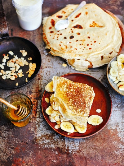 Crêpes with banana & Greek yoghurt